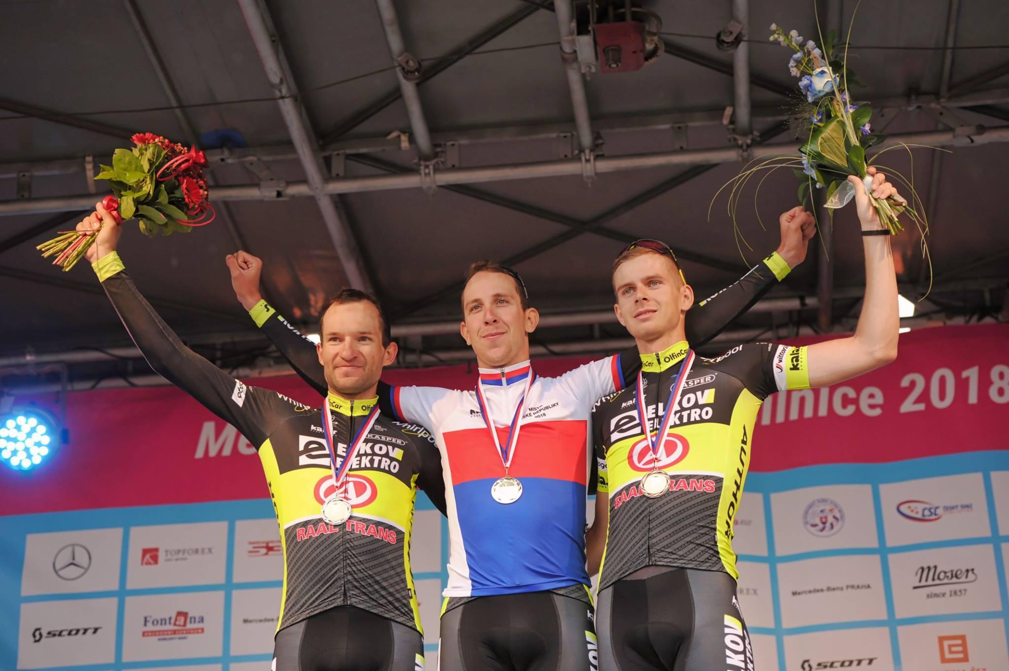 Йозеф Черный с товарищами по команде празднует победу на чемпионате Чехии по велоспорту